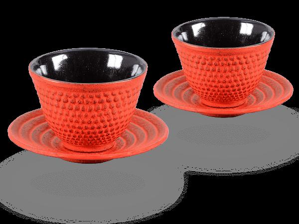 2 Gusseisen-Teecups Arare je 100ml und 2 Gusseisen-Untersetzer rund in karminrot